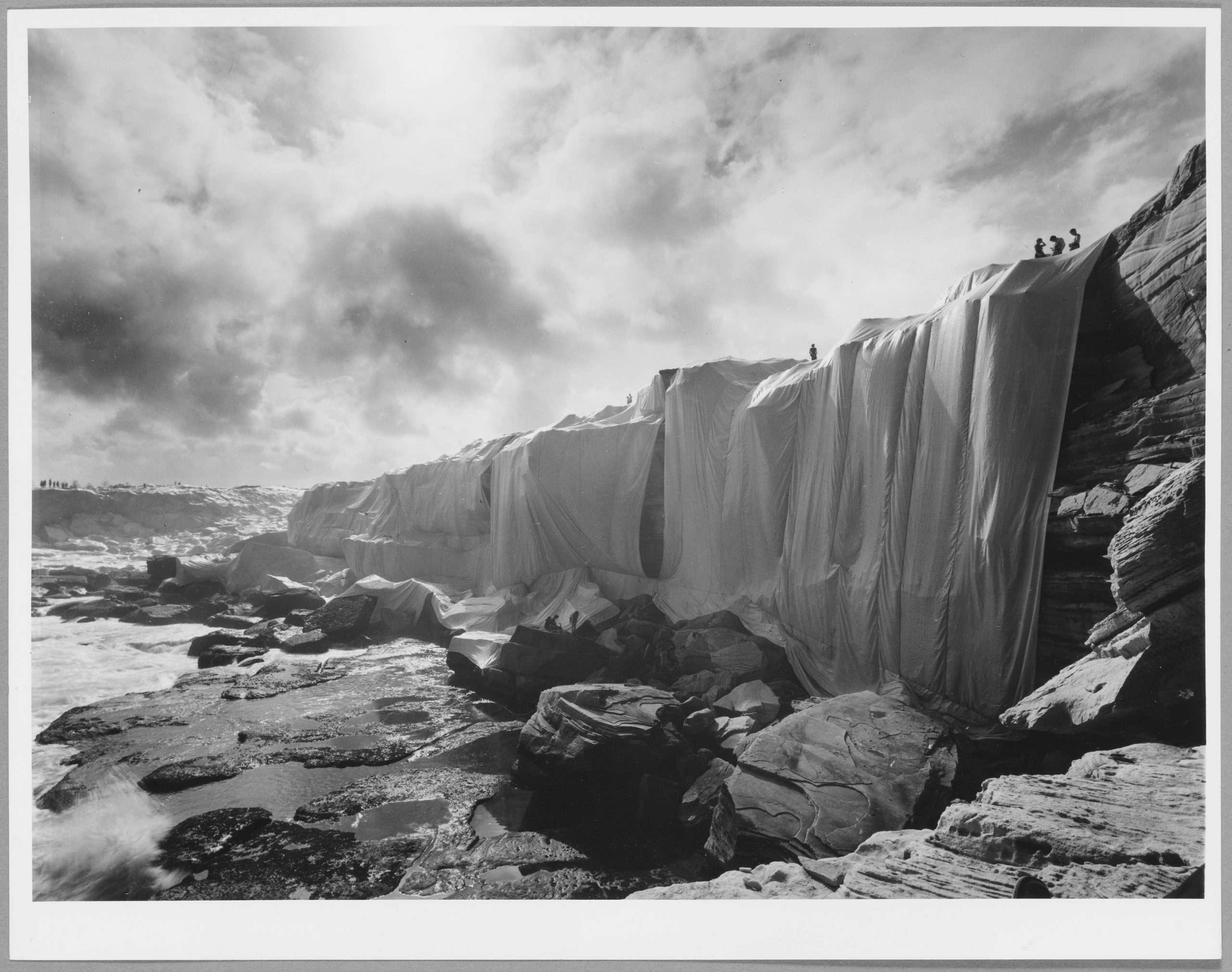 06. Shunk-Kender_Christo e Jeanne Claude, Costa impacchettata, Sidney, 1968-69