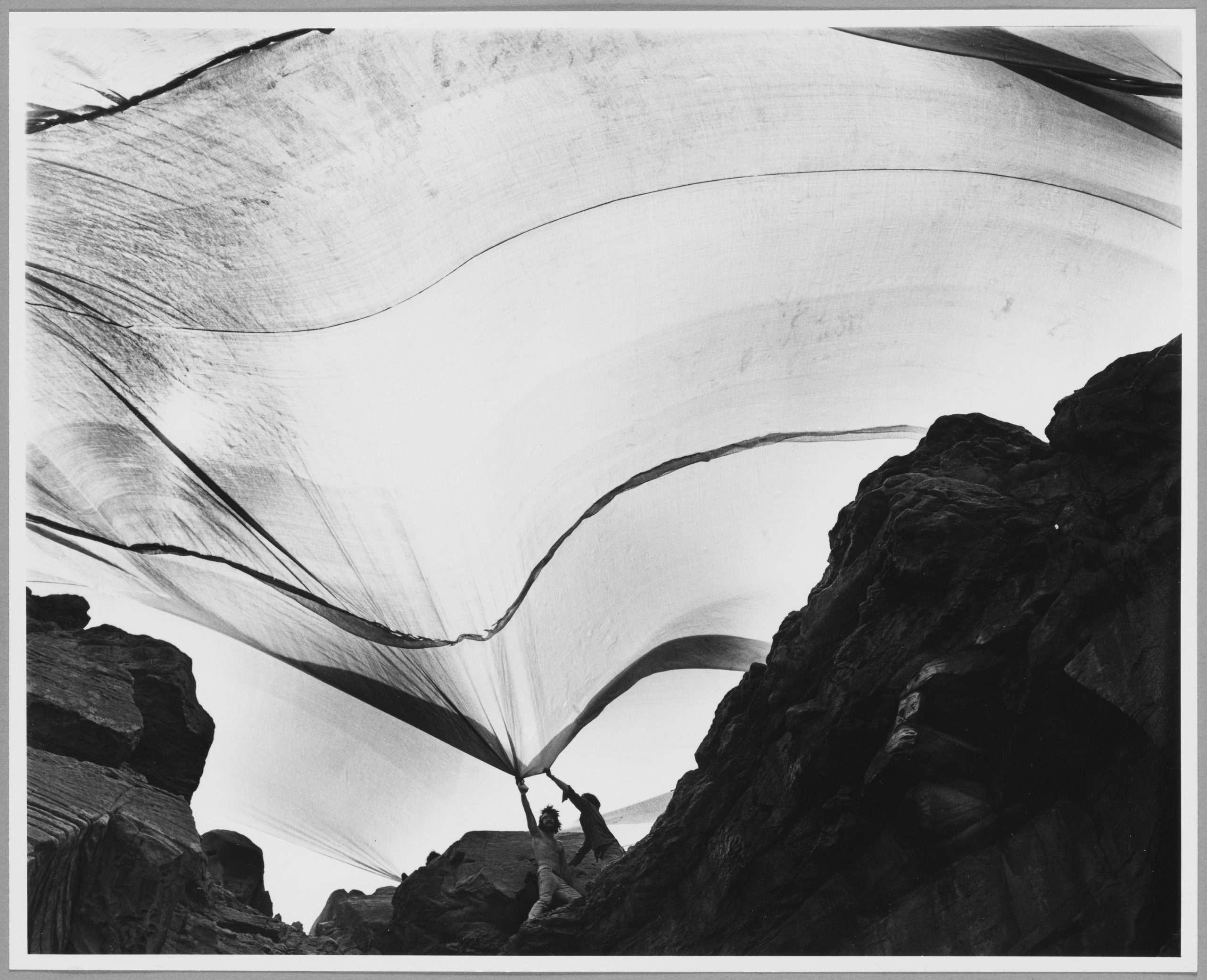 07. Shunk-Kender_Christo e Jeanne Claude, Costa impacchettata, Sidney, 1968-69