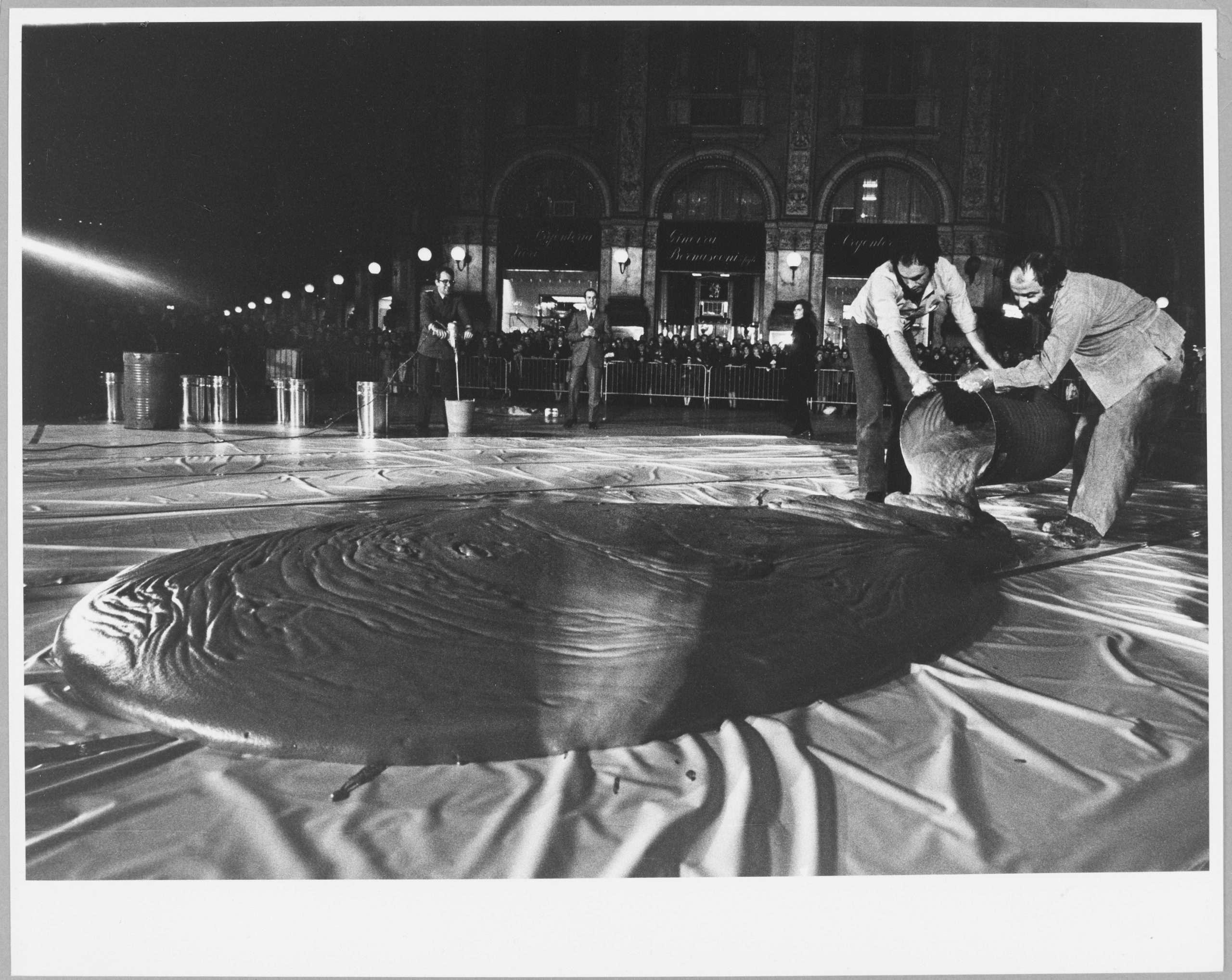 13. Shunk-Kender_Jean Tinguely, Monument Ö la fertilitÇ devant le Duomo, Milano, 1970