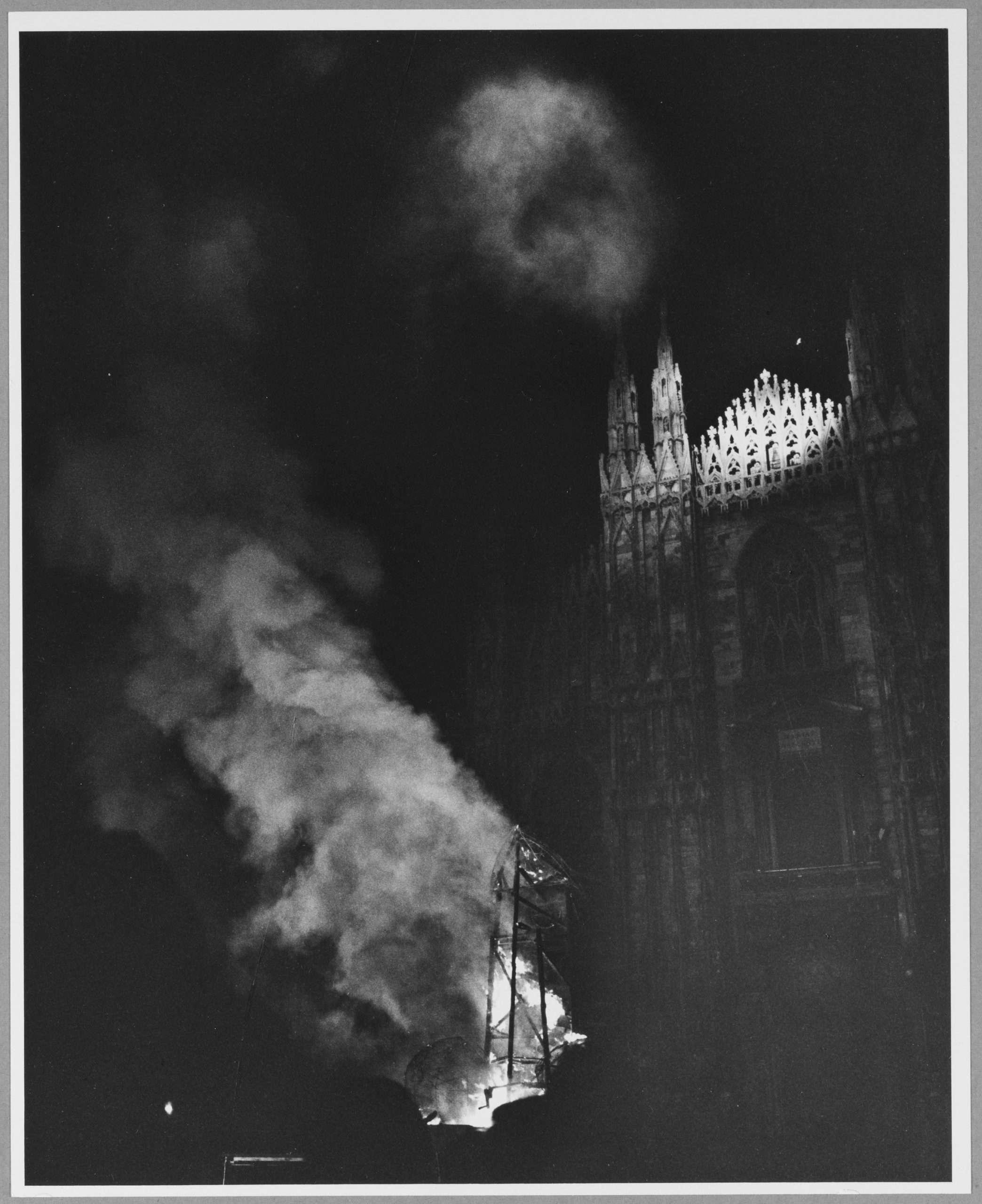 14. Shunk-Kender_Christo et Jeanne-Claude, Monument emballÇ, Milano, 1970